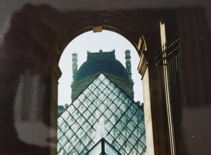 Louvre: Durchblick auf Pyramide, Paris.
