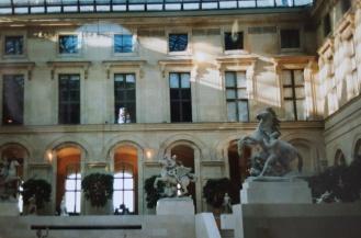 In der Eingangshalle des Louvre,.