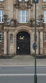 Eingangsportal des 1910 im Stil des Neobarock errichteten Gebäudes.