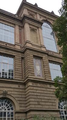 Horizontal gegliederte Fassade.