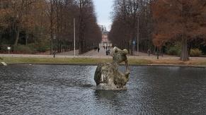 """Das Bassin war schon Bestandteil der Anlage von de Pigage, die Skulptur """"Jröne Jong"""" kam 1900 dazu."""